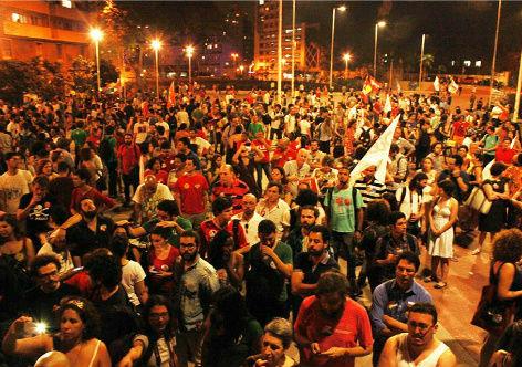 """""""desinformados"""" reunidos na Praça Roosevelt. (foto: Eder Bruno)"""