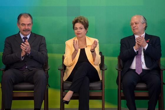 Dilma Rousseff, entre o então futuro ministro da Educação (então na Casa Civil), Aloizio Mercadante, e o ministro demitido da Educação Renato Janine Ribeiro (Foto: Marcelo Camargo/ABr)